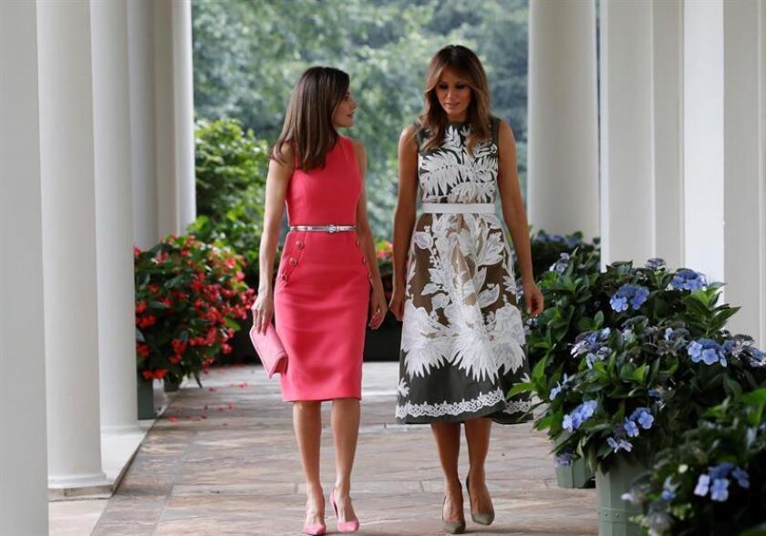 Fotografía facilitada por la Casa de S.M. el Rey de la mujer del presidente de Estados Unidos Melania Trump (d) y la Reina Letizia, durante el encuentro que el presidente Donald Trump y el rey Felipe VI y sus esposas celebran en la Casa Blanca, además de una sesión de trabajo de los dos jefes de Estado junto con sus respectivas delegaciones. EFE