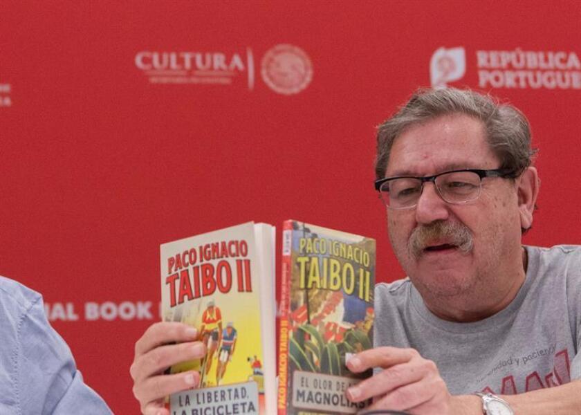"""Fotografía cedida por la FIL, fechada este 27 de noviembre de 2018, que muestra al escritor Paco Ignacio Taibo II, mientras participa en la presentación de sus libros """"El Olor de las Magnolias"""" y """"La Libertada, La Bicicleta"""", en el marco de la Feria Internacional de Libro (FIL), en la ciudad de Guadajalara, en el estado de Jalisco (México). EFE/Eva Becerra/FIL/SOLO USO EDITORIAL"""