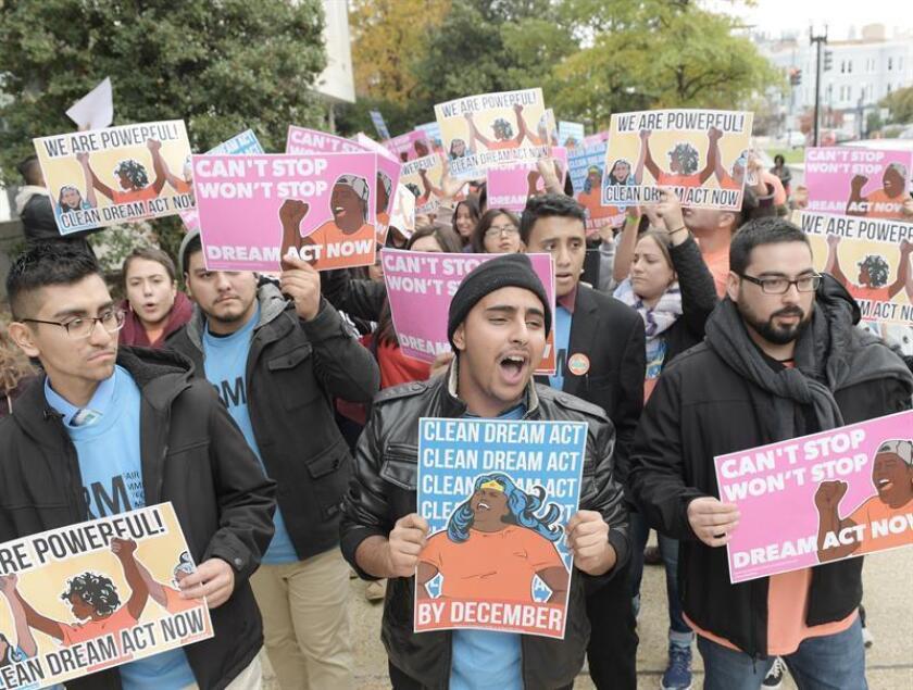"""Activistas y abogados pidieron hoy al Gobierno que la nueva ocasión que se abrió a los """"soñadores"""" cuyas solicitudes de renovación de la Acción Diferida (DACA) fueron rechazadas por llegar fuera de plazo debido a un fallo de correos incluya todas las peticiones denegadas. EFE/ARCHIVO"""