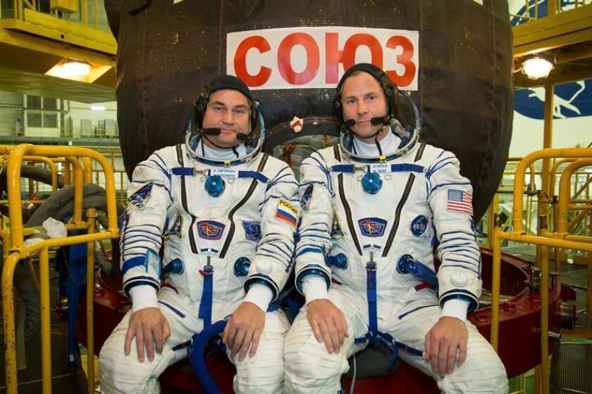 """Fotografía cedida por la Administración Nacional de la Aeronáutica y del Espacio (NASA), donde aparecen los miembros de la tripulación de la Expedición 57, el astronauta ruso Alexei Ovchinin (i), y el estadounidense Tyler """"Nick"""" Hague (d), mientras posan durante un control de fugas y presión de sus trajes el 26 de septiembre de 2018, en el cosmódromo de Baikonur en Kyzylorda (Kazajistán). EFE/Victor Zelentsov/NASA/SOLO USO EDITORIAL/NO VENTAS"""