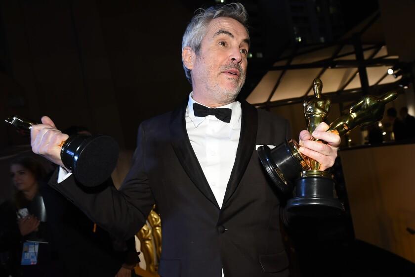 Alfonso Cuarón celebra sus tres premios tras la ceremonia del Oscar.
