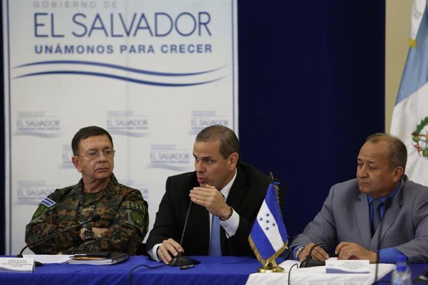 David Munguía, izq., ha sido criticado por sus ataques a periódico en El Salvador.