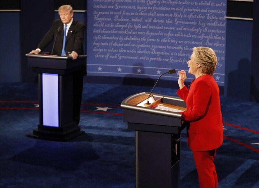 El candidato republicano a la presidencia de Estados Unidos Donald Trump (i) y su rival demócrata Hillary Clinton (d) durante su primer debate hoy, lunes 26 de septiembre de 2016, en la Universidad Hosfra de Hempstead, Nueva York (EE.UU.). EFE/RICK WILKING