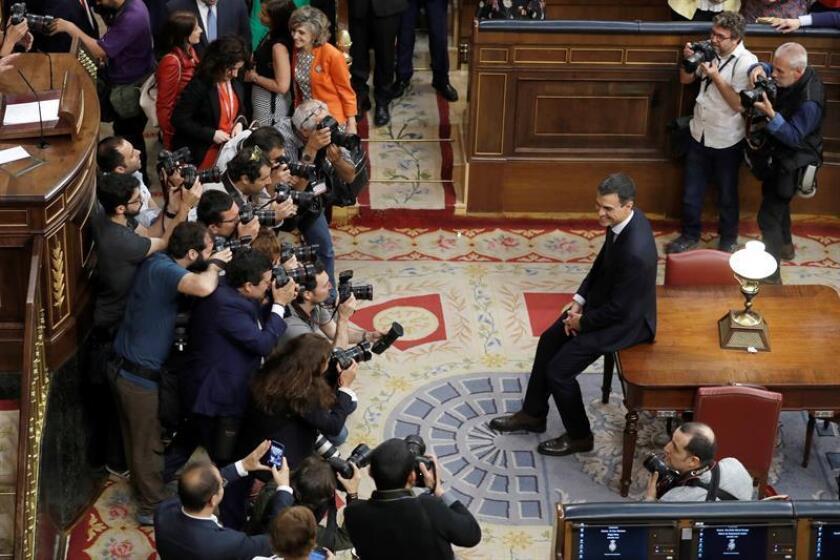 El secretario general del PSOE Pedro Sánchez, posa para la prensa gráfica, en el hemiciclo del Congreso tras el debate de la moción de censura presentada por su partido. EFE/POOL