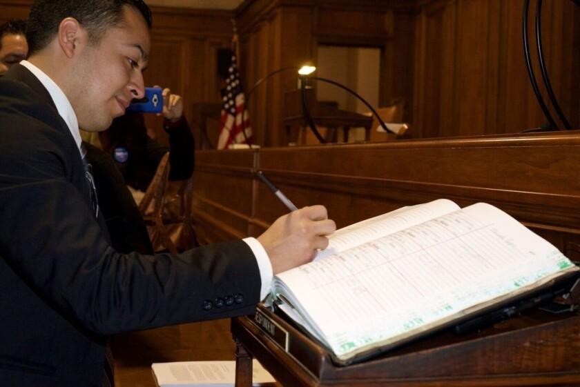 Después de ser juramentado, César Vargas está autorizado para ejercer las leyes en Nueva York.