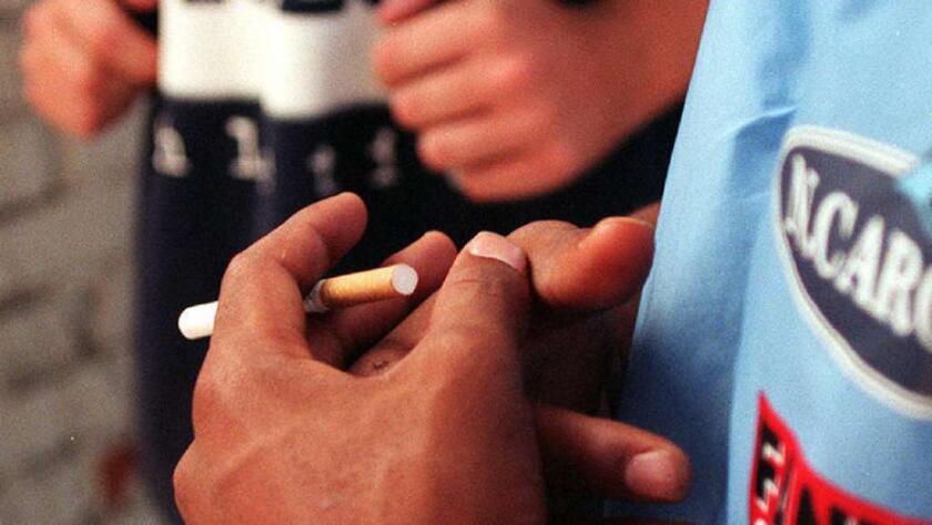 De acuerdo a un nuevo reporte de parte del CDC, hay menos adolescentes fumando cigarrillos tradicionales, pero hay más de ellos que ahora usan cigarrillos electrónicos y hookahs (pipas de agua).