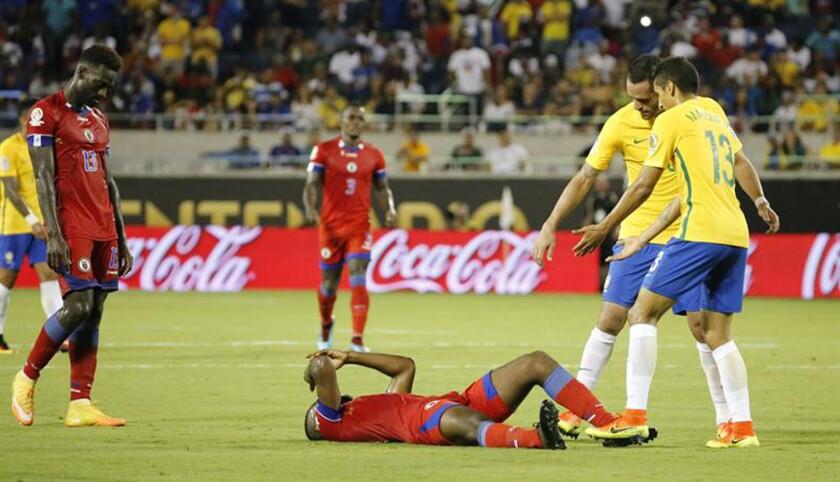 Jugadores de Haití lamentan su derrota ante Brasil hoy, miércoles 8 de junio de 2016, durante un partido por la Copa América Centenario 2016 en el estadio Camping World de Orlando (Estados Unidos). Brasil venció a Haití 7-1. EFE/LUIS TEJIDO