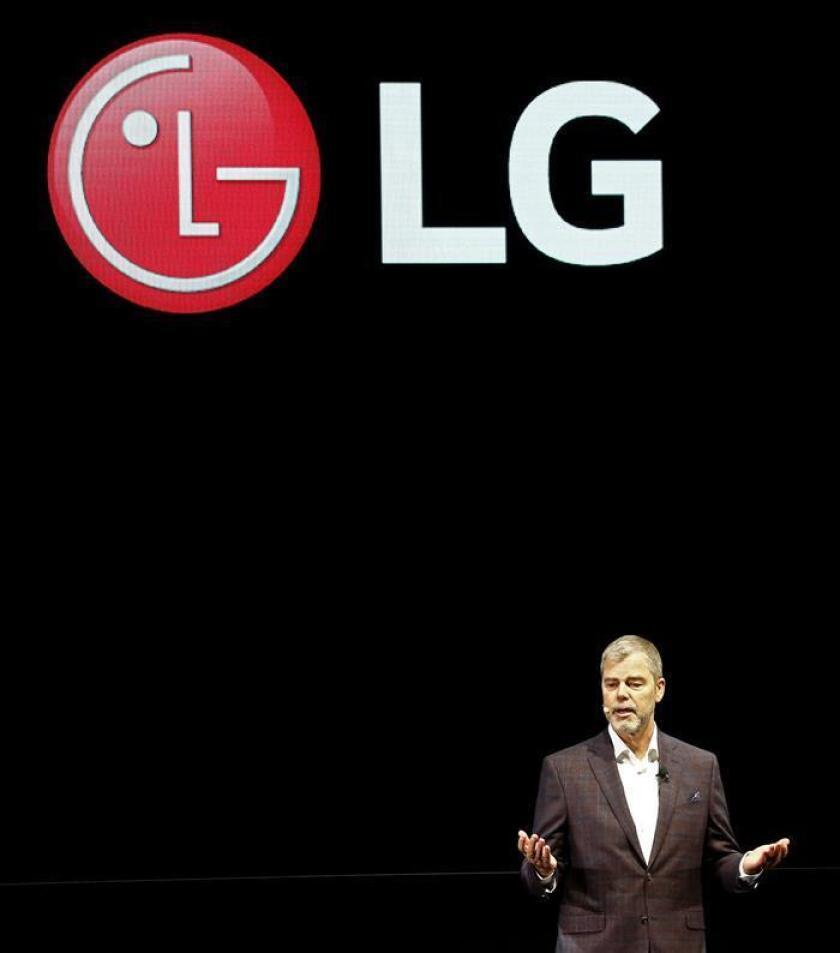 El vicepresidente comercial de la multinacional surcoreana LG para Estados Unidos, David VanderWaal, pronuncia un discurso durante la feria de electrónica de consumo CES 2019 celebrada en Las Vegas, Nevada (Estados Unidos) hoy, 7 de enero de 2019. EFE