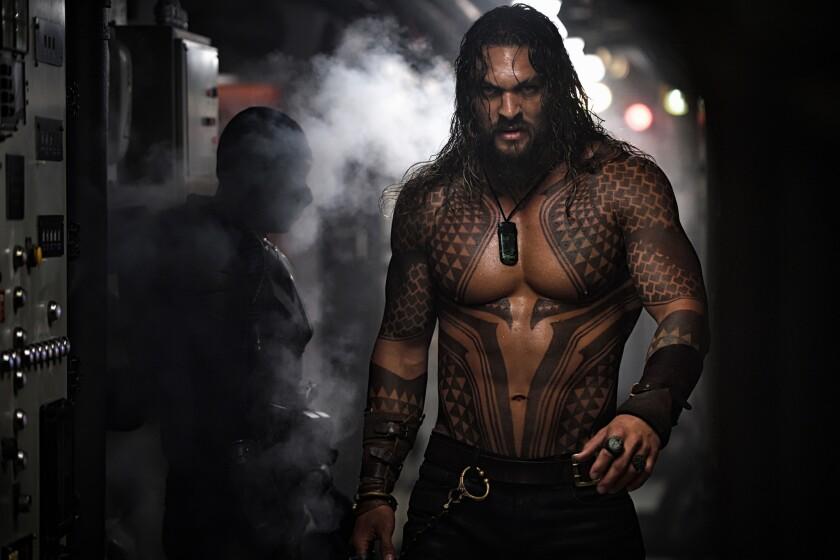 """El actor hawaiano Jason Momoa en una escena de la esperada cinta """"Aquaman""""."""