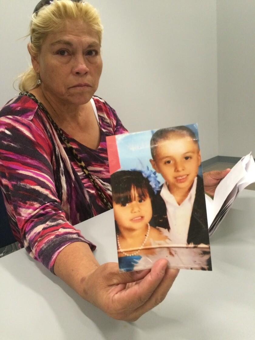 Blanca Dueñasmuestra las fotos de sus nietos que ahora no tienen padre.