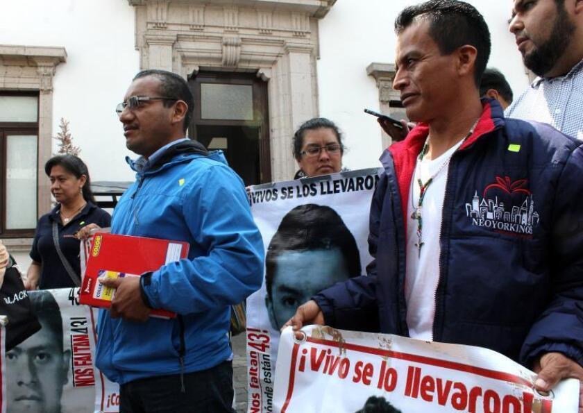 Padres del caso Ayotzinapa exigirán a López Obrador acelerar la investigación