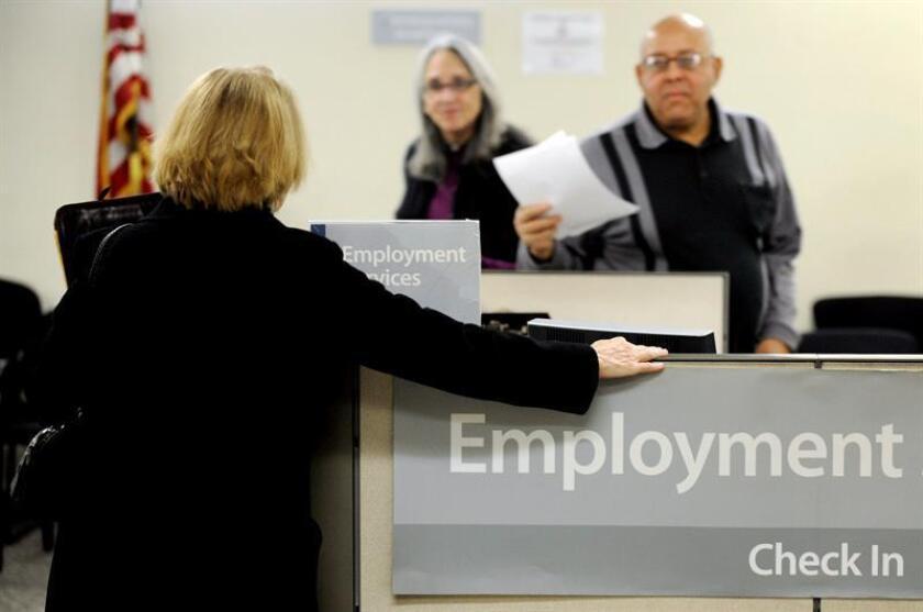 Una mujer espera a ser atendida en la oficina de desempleo de Nueva York, Estados Unidos. EFE/Archivo