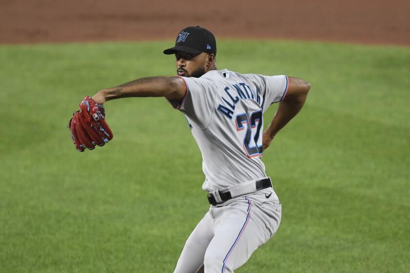 El dominicano Sandy Alcántara, abridor de los Marlins de Miami, lanza en el juego del martes 27 de julio de 2021, ante los Orioles de Baltimore (AP Foto/Terrance Williams)