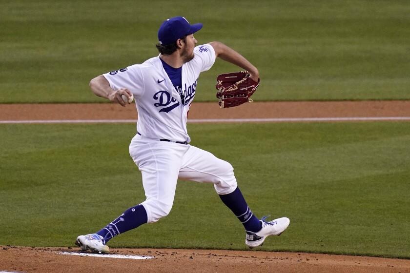 El abridor Trevor Bauer lanza por los Dodgers de Los Ángeles en el primer inning del partido contra los Rockies.