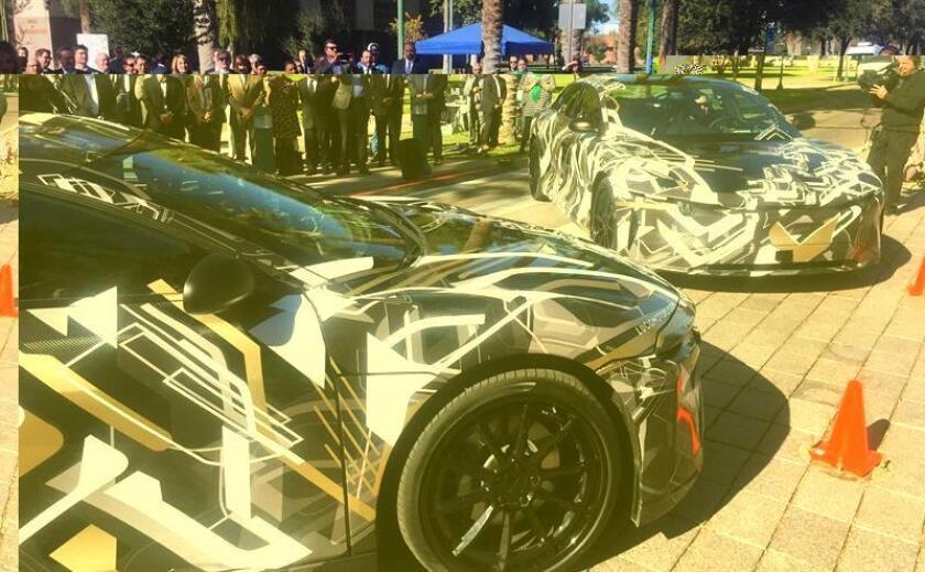 Fotografía cedida en donde aparecen dos prototipos de los autos de la compañía de autos eléctricos Lucid Motors presentados durante el anuncio de la construcción de una planta hoy, martes 29 de noviembre 2016, en en el capitolio estatal en Phoenix, Arizona. EFE/Oficina gobernador Arizona/SÓLO USO EDITORIAL