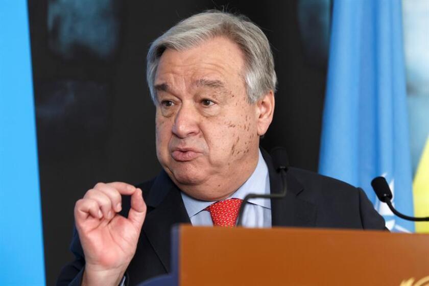 El secretario general de la ONU, Antonio Guterres (izq), da una rueda de prensa tras asistir a la reunión sobre la crisis humanitaria en Yemen organizada en la sede europea de las Naciones Unidas en Ginebra (Suiza). EFE/Archivo