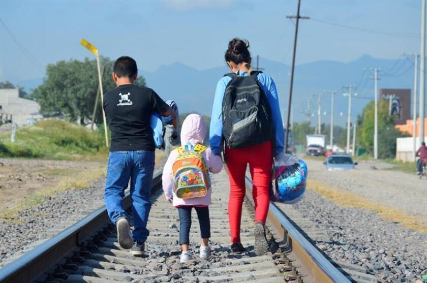 Fotografía fechada el 7 de julio de 2014 y cedida hoy, jueves 30 de noviembre de 2017, por UNICEF que muestra a niños migrantes caminar por las vías del ferrocarril, en la localidad de Lechería, (México). EFE/UNICEF/Ojeda/SOLO USO EDITORIAL/NO VENTAS/Las imágenes están disponibles para los medios de buena fe para informes sobre UNICEF o temas relacionados. El contenido no puede cambiarse por medios digitales u otros medios, ni puede usarse en ningún contexto comercial. Las imágenes deben acreditarse como se indica. Ningún otro derecho otorgado o implícito.