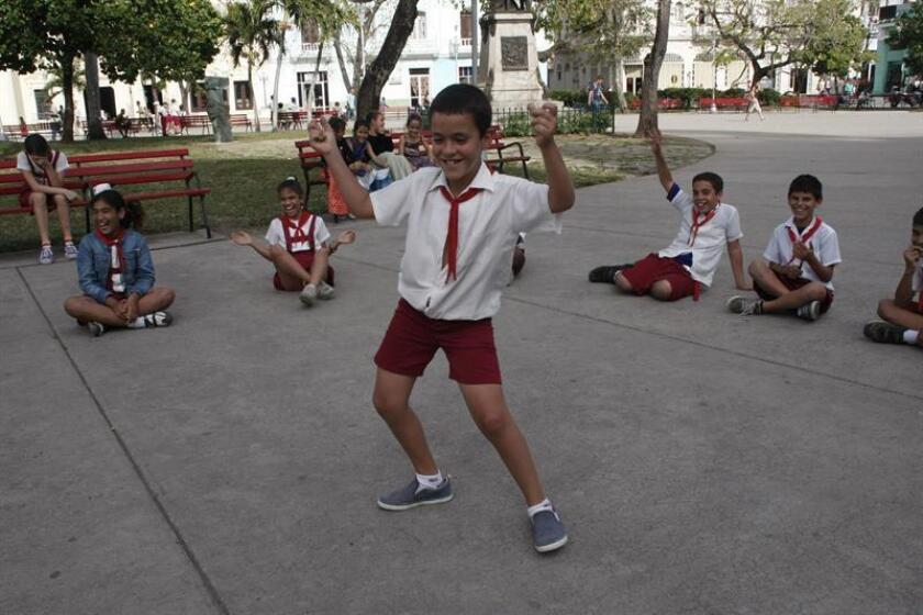 Un niño baila reguetón en un parque de Santa Clara (Cuba). EFE/Archivo
