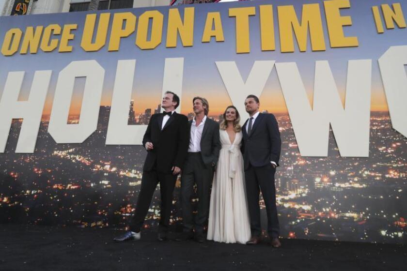 """Fotografía cedida por Sony Pictures donde aparecen, de izq. a dcha., el director Quentin Tarantino y los actores Brad Pitt, Margot Robbie y Leonardo DiCapriO, mientras posan a su llegada a la alfombra roja del estreno de su película """"Once Upon A Time in Hollywood"""" la noche del lunes 22 de julio en el Teatro Chino en Hollywood, California (EE.UU.). EFE/Eric Charbonneau/Sony Pictures/SOLO USO EDITORIAL"""