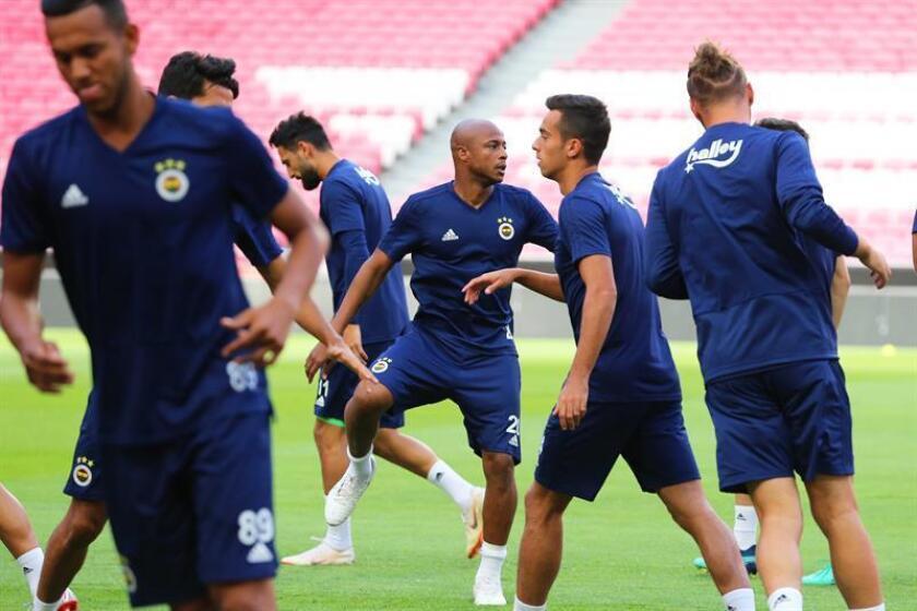Los jugadores de Fenerbahce participan en una sesión de entrenamiento en el estadio Luz en Lisboa (Portugal). EFE/Archivo