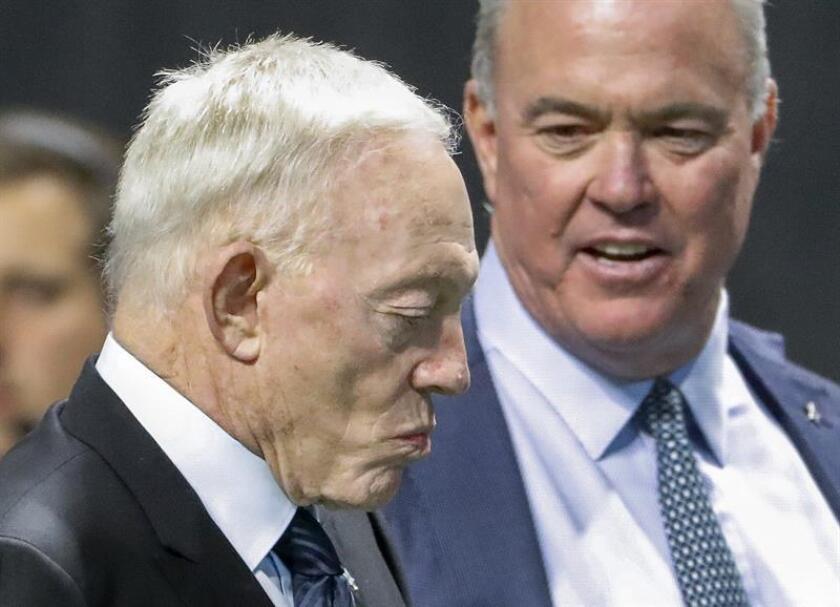 En la imagen un registro de Jerry Jones (i), propietario y gerente general del equipo de fútbol americano los Cowboys de Dallas. EFE/Archivo