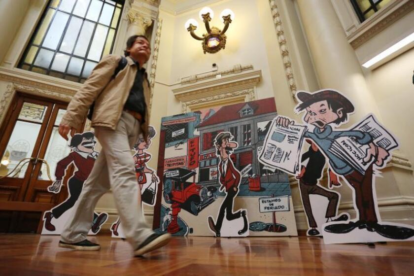"""Un hombre visita la exposición """"Las vidas de Condorito"""" este jueves, durante su inauguración en la Biblioteca Nacional de Santiago (Chile). EFE/Elvis González"""