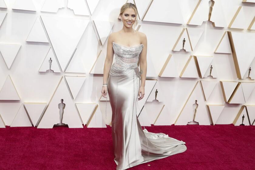 Scarlett Johanssonin pewter-colored Oscar de la Renta.