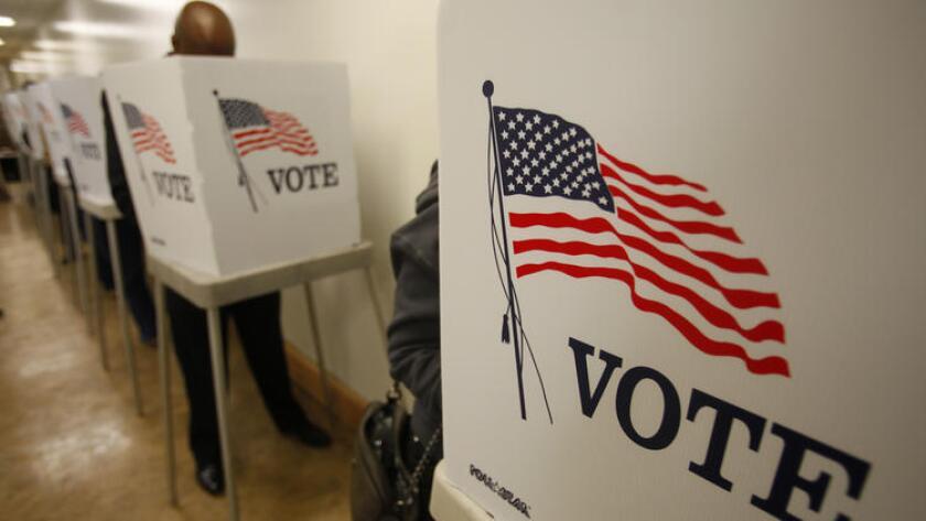 Antes del amanecer, los votantes madrugadores se alinean en la Oficina del secretario y registrador del condado de Los Ángeles, Nov. 5, 2012.