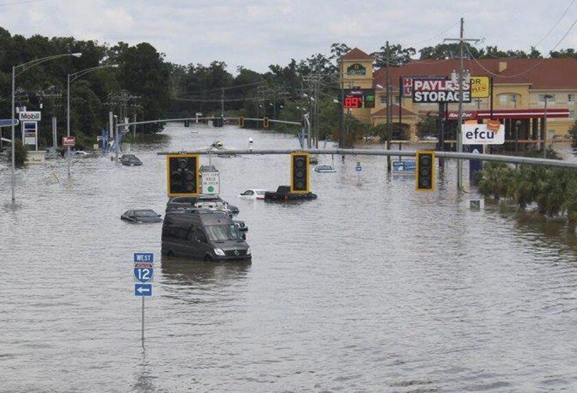 Fotografía facilitada por el Departamento de Transporte y Desarrollo de Luisiana (DOTD), muestra vehículos prácticamente cubiertos por el agua que inunda las calles de Baton Rouge en Luisiana (Estados Unidos). EFE