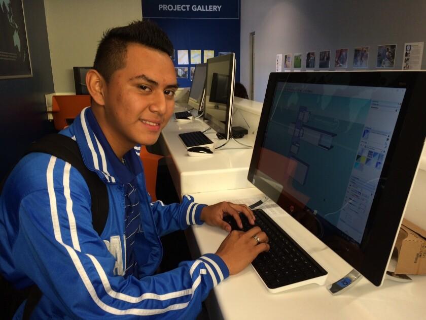 Jose Avendaño, de 16 años de edad, estrena una de las 24 computadoras del centro tecnológico que se encuentra en el centro Bresee, en donde los estudiantes pueden acceder a programas de diseño, edición de fotografía y producción musical.