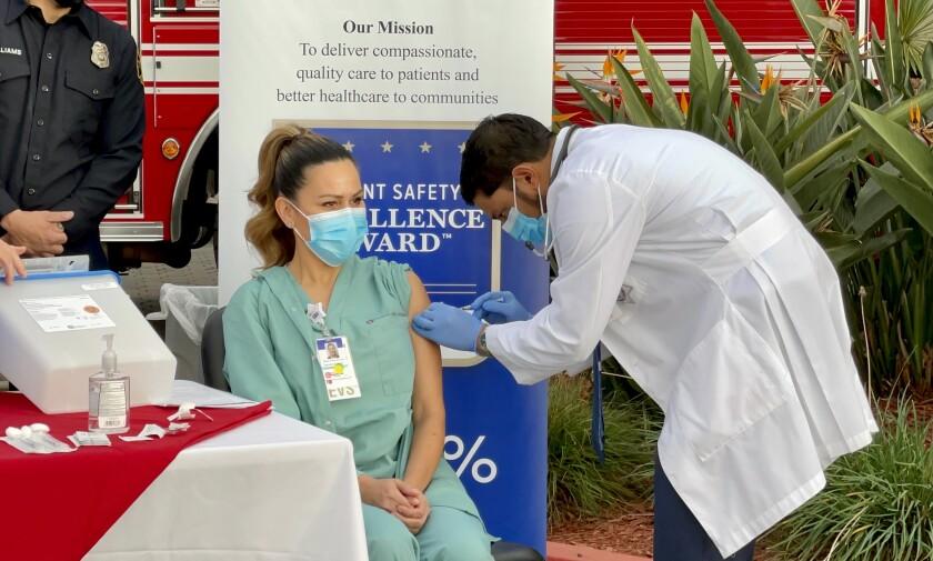 María Ponce de León, trabajadora en el Hospital Paradise Valley, fue la primera en recibir la vacuna Pfizer
