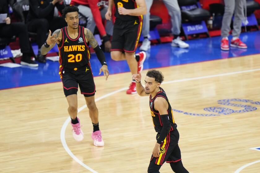 Trae Young de los Hawks de Atlanta reacciona luego de hacer un triple durante la primera mitad del séptimo juego.