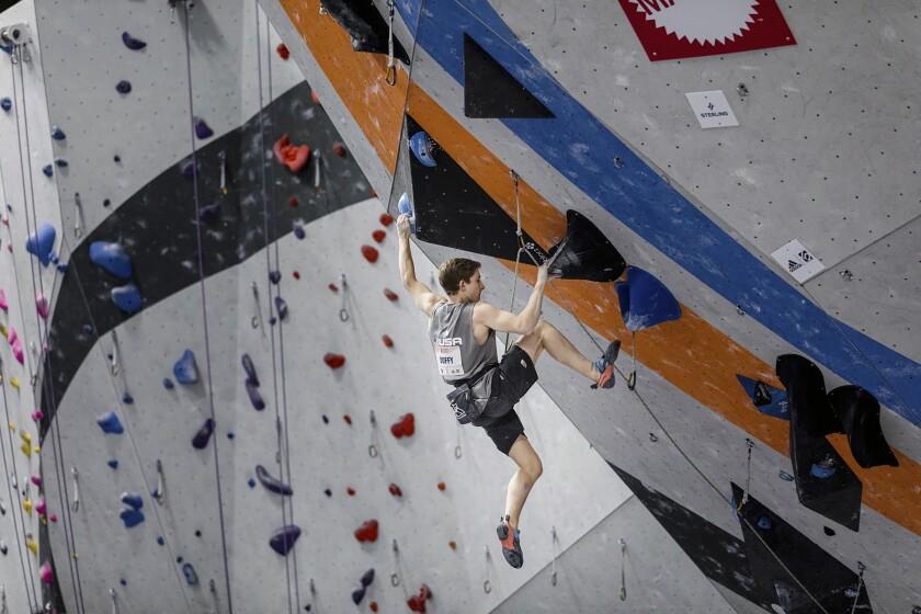 En una imagen proporcionada por la equipo estadounidense de escalada, Colin Duffy