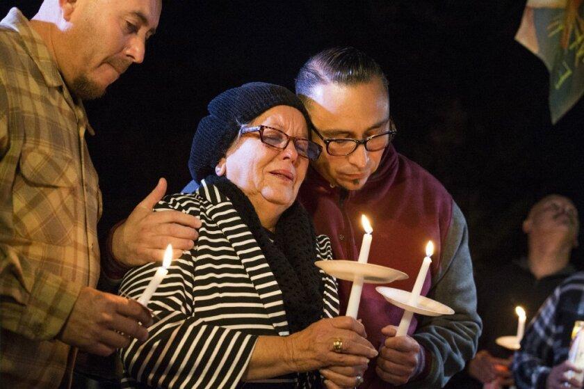 La familia, vecinos y familiares realizaron una vigilia en honor a Francisco Serna el lunes por la noche. En la foto aparece la esposa e hijo de la víctima.