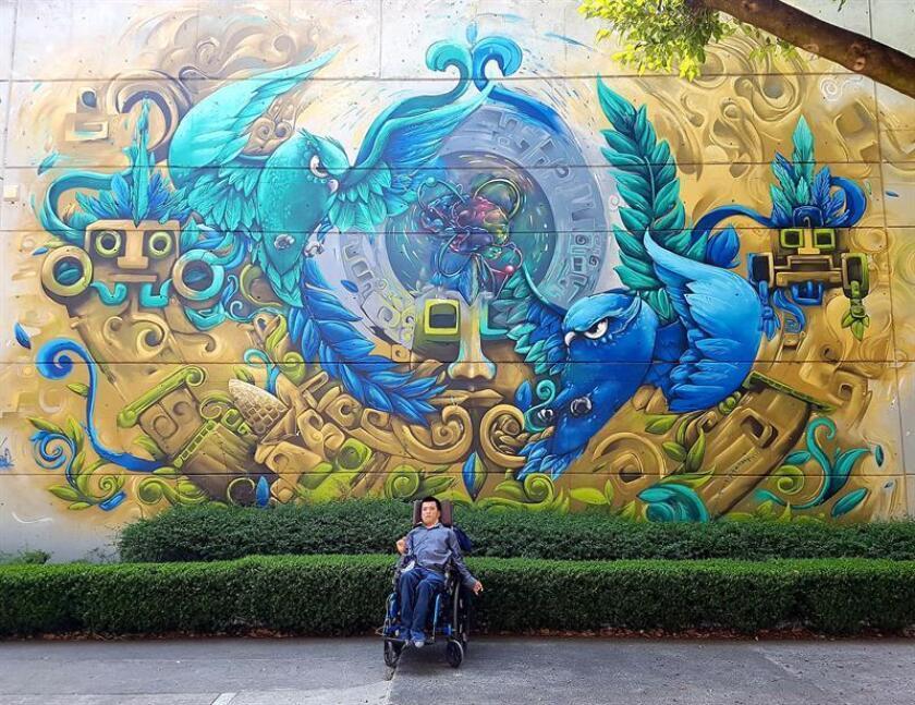 Fotografía cedida este martes por la Universidad Nacional Autónoma de México (UNAM), de Matías Alaniz, el universitario con discapacidad motriz que ha logrado ser aceptado como profesor de esta institución educativa. EFE/Cortesía UNAM/SOLO USO EDITORIAL
