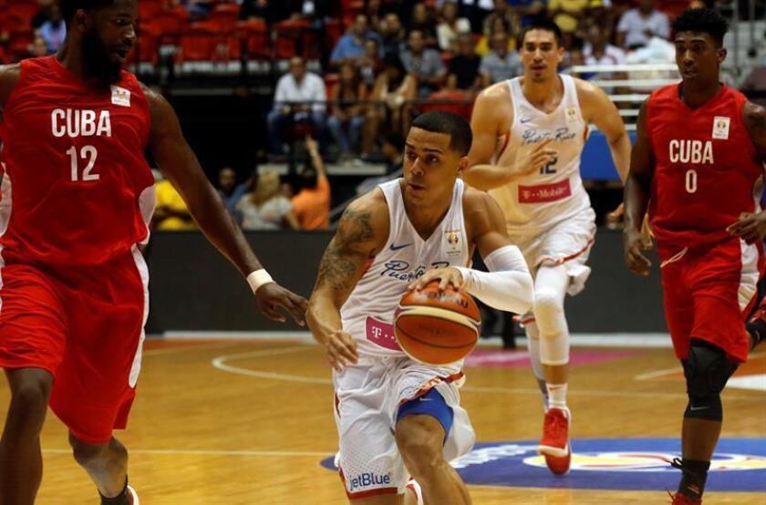 El puertorriqueño Ángel Rodríguez (c) en acción hoy, jueves 28 de junio de 2018, durante un partido disputado entre Puerto Rico y Cuba como parte de la tercera ventana clasificatoria al Mundial de la FIBA 2019 en China. EFE