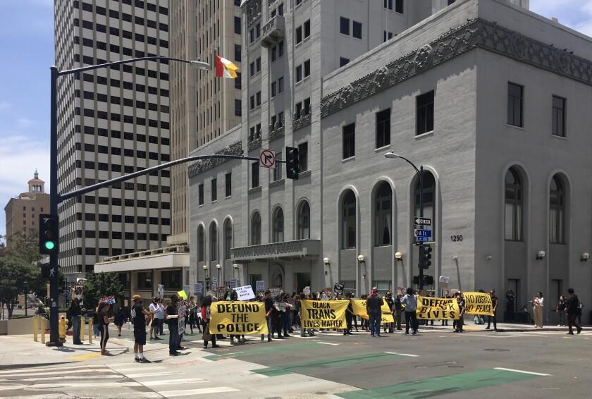 Unos 100 manifestantes se reunieron en el centro de San Diego el domingo