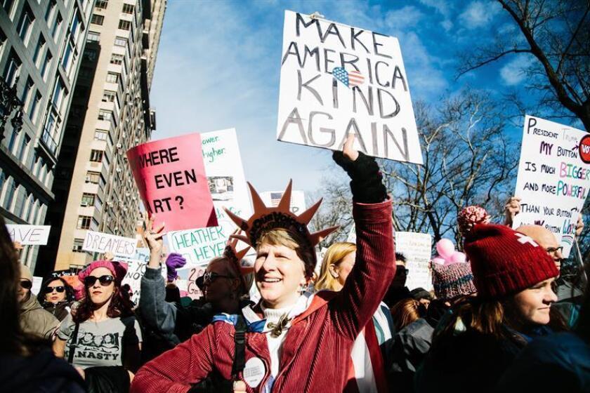 """Cientos de personas participan en la """"Marcha de las Mujeres"""" en Nueva York, Estados Unidos. EFE"""