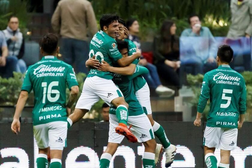 Los jugadores de León celebran una anotación durante un partido de la jornada seis del Torneo Clausura 2019 realizado en el Estadio Azteca en Ciudad de México. EFE/Archivo