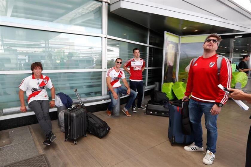 Hinchas de River Plate esperan en el Aeropuerto Internacional de Ezeiza para viajar a Madrid hoy, para ver la final de laCopa Libertadores ante el Boca Juniors, en Ezeiza, Buenos Aires (Argentina). EFE