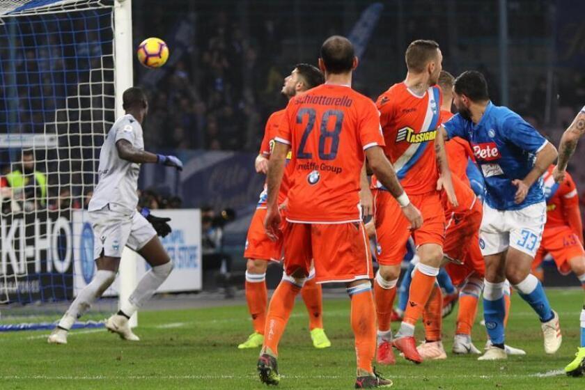 El central español del Nápoles Raul Albiol (d) logra el gol ante el S.P.A.L.en San Paolo en Nápoles, Italia. EFE/EPA