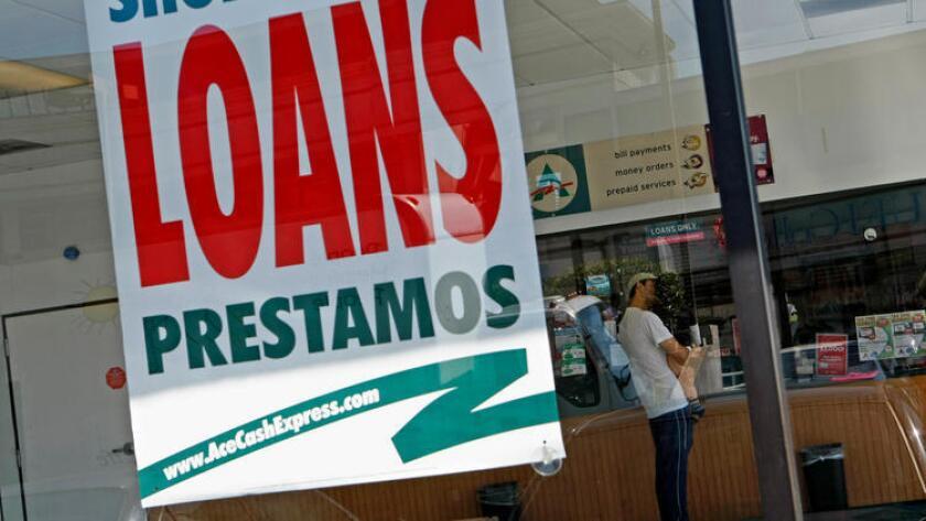Miles de residentes del condado de Los Ángeles utilizan regularmente los servicios de prestamistas de dinero rápido o cobro de cheques. En la imagen, un cliente aguarda en línea en la oficina de un prestamista en Van Nuys, en 2010 (Los Angeles Times).