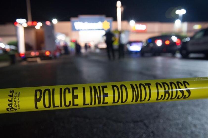 De acuerdo al diario Palm Beach Post, las autoridades escolares han señalado que ninguno de los dos heridos son estudiantes. En la imagen el registro de una área restringida tras el registro de otro tiroteo en Estados Unidos. EFE/Archivo