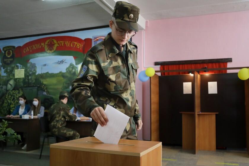Un soldado bielorruso vota en un colegio electoral durante las elecciones presidenciales en Minsk, Bielorrusia, el domingo 9 de agosto de 2020. Después de 26 años en el cargo, el líder autoritario de Bielorrusia, Alexander Lukashenko, afronta su mayor desafío en las elecciones, en las que opta a un sexto mandato. (AP Foto/Sergei Grits)