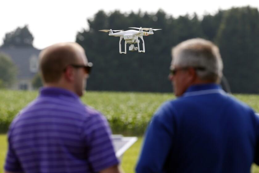 Un dron DJI Phantom 3 mientras es teledirigido durante una exhibición en Cordova, Maryland.