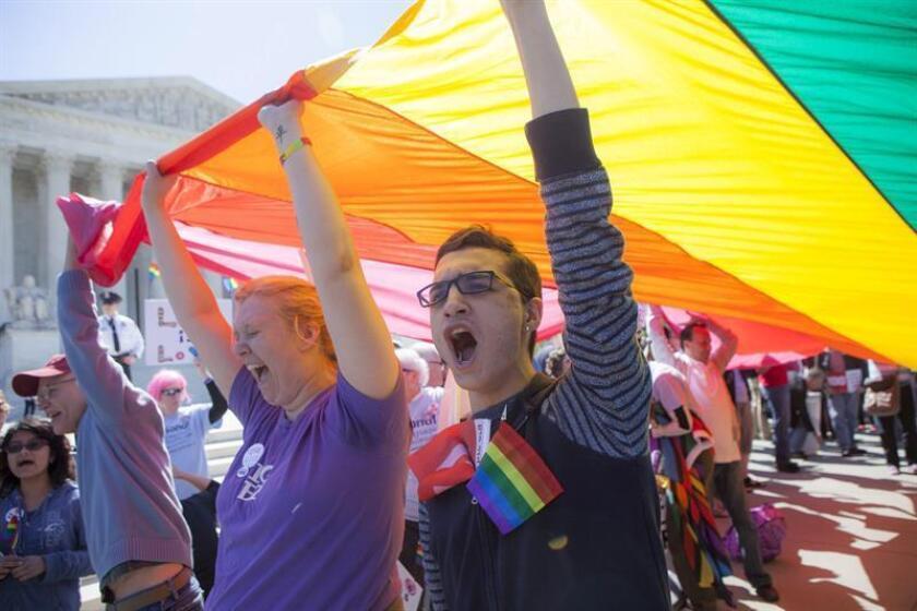 Centenares de activistas de decenas de grupos civiles instaron hoy a las puertas del Capitolio en Phoenix (Arizona) protección a la mujeres, inmigrantes y el colectivo LGTB en el inicio de las secciones legislativas estatales. EFE/Archivo
