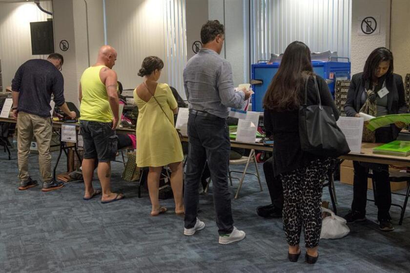 Residentes votan durante el inicio de la votación presidencial anticipada en Florida, en Miami (EE.UU,.). EFE/Archivo