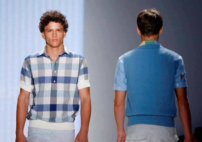 Vista de dos modelos desfilan con creaciones de Perry Ellis durante la Semana de la moda de Nueva York. EFE/Archivo