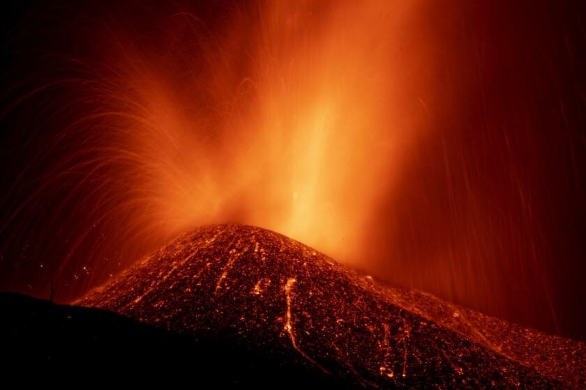 Lava de una erupción volcánica fluye en la isla de La Palma, en el archipiélago español de Islas Canarias