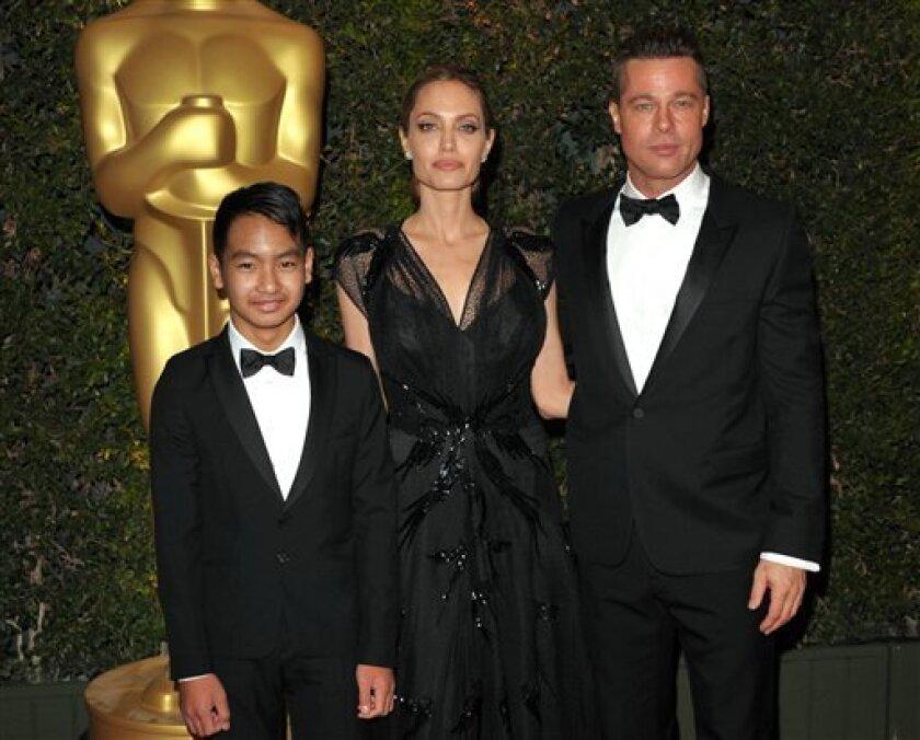 En esta imagen de archivo, tomada el 16 de noviembre de 2013, (de izquierda a derecha) Maddox Jolie-Pitt, Angelina Jolie y Brad Pitt asisten a los Governors Awards en Los Angeles. (Photo by John Shearer/Invision/AP, archivo)